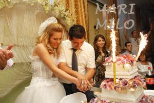 Brudpar och bröllopstårta