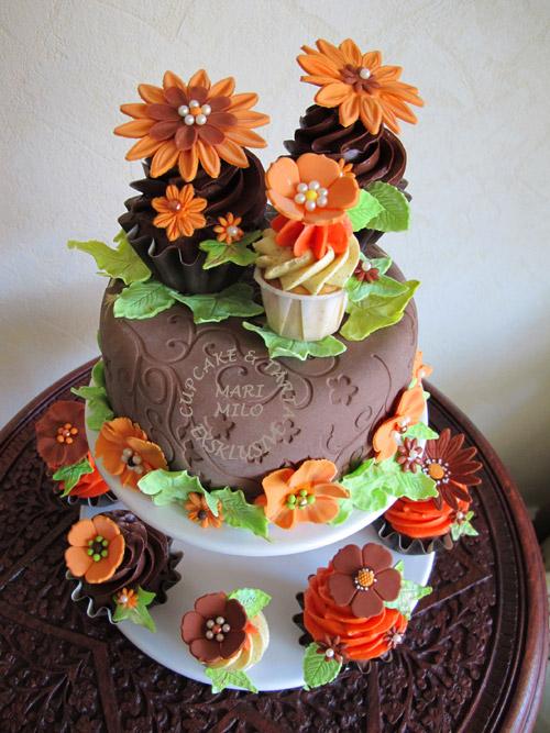 Chokladtårta och matchande cupcakes