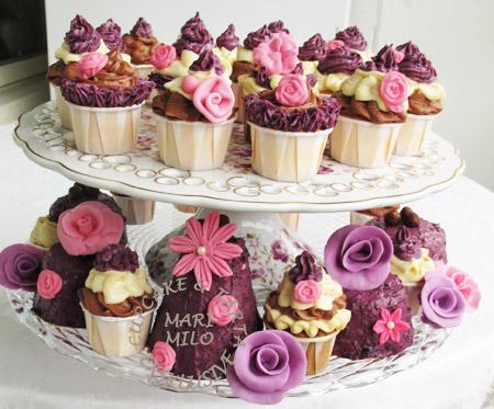 Cupcakes vanilj, choklad, blåbär dekorerade med sockerblommor
