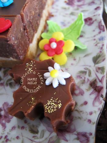 Choklad små kakor dekorerade med sockerpasta