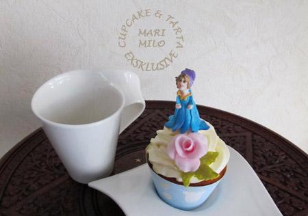 Dop cupcake och en fe eller älva modelerad i sockerpasta