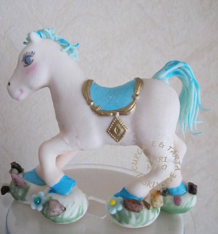 Häst modellerad i sockerpasta