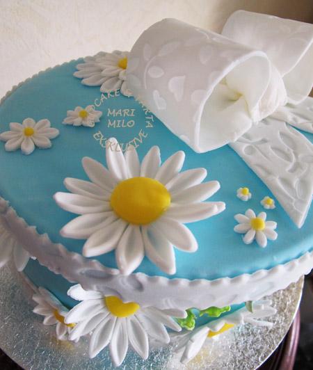 Blå tårta med vita blommor