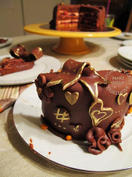 Chokladtårta täckt med chokladpasta