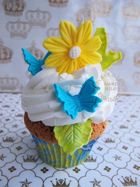 Cupcakes med fjärilar och blommor