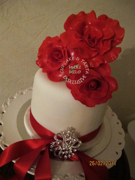 Bröllopstårta med dekoration i kärlekens namn