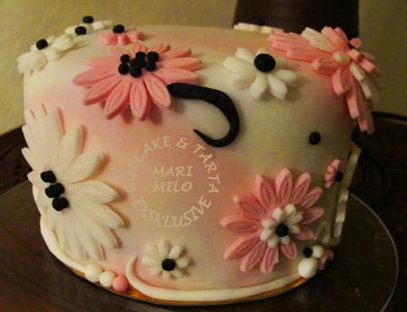Rosa tårta med svarta prickar