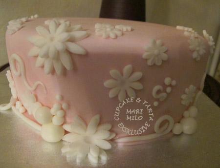 Rosa tårta med vita blommor