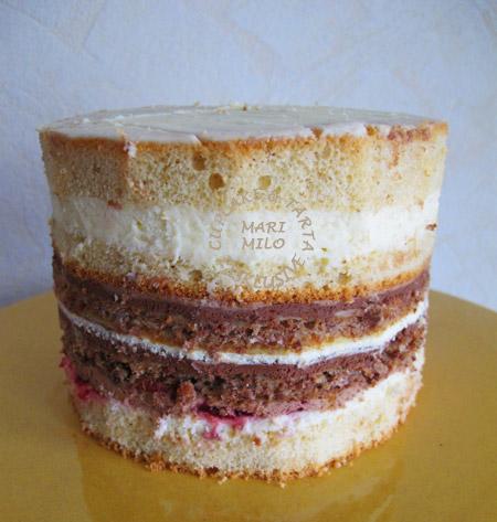 Hallon, vitchoklad, mörkchoklad, cream cheese tårta (tårtan i mitten)