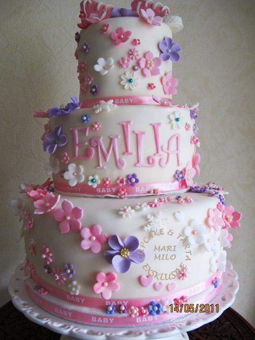 Romantisk blommig tårta till dop eller modent bröllop