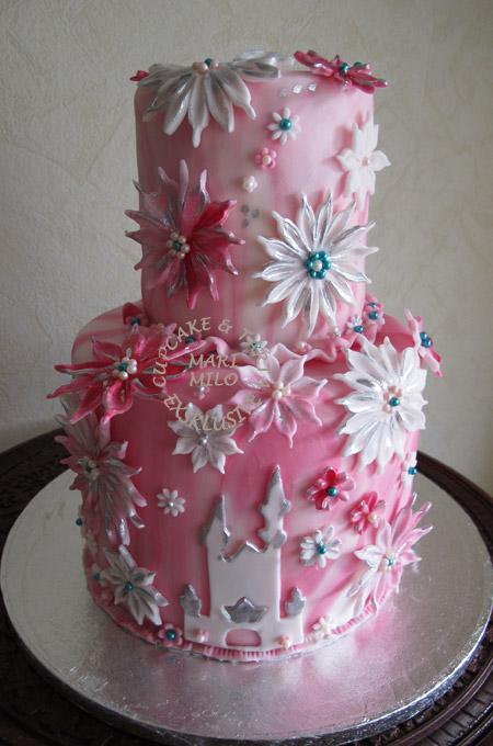 Blommig bröllopstårta
