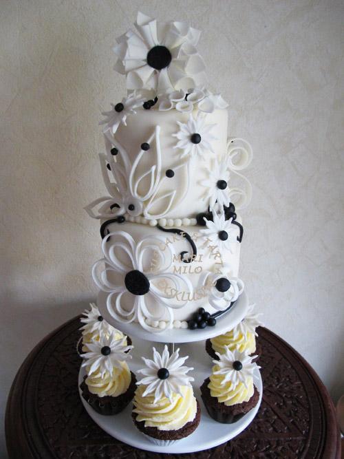 Bröllopstårta och cupcakes, svart vitt