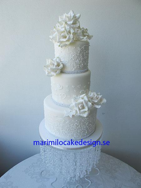 Bröllopstårta vit, med vita rosor