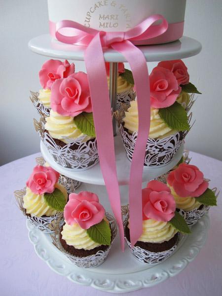 Bröllopscupcakes och tårta