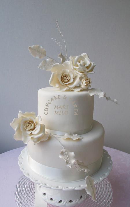 Vit bröllopstårta med rosor