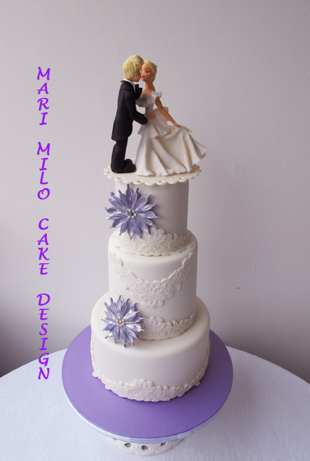 Bröllopstårta och matchande cupcakes