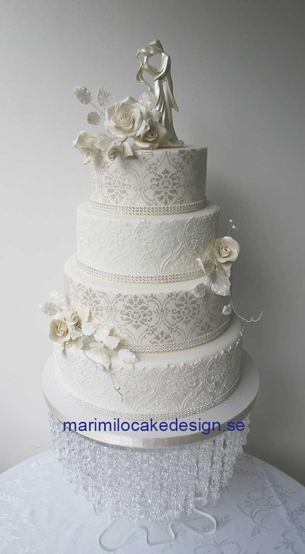 Bröllopstårta med vita rosor