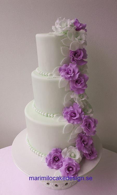 Bröllopstårta med vita och lila rosor