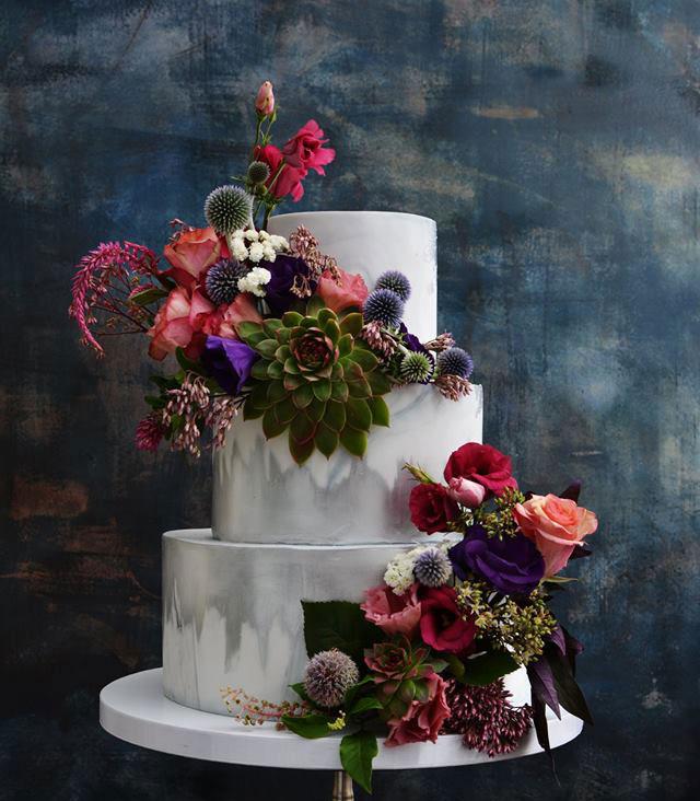 Vit bröllopstårta med färska levande blommor lidingö