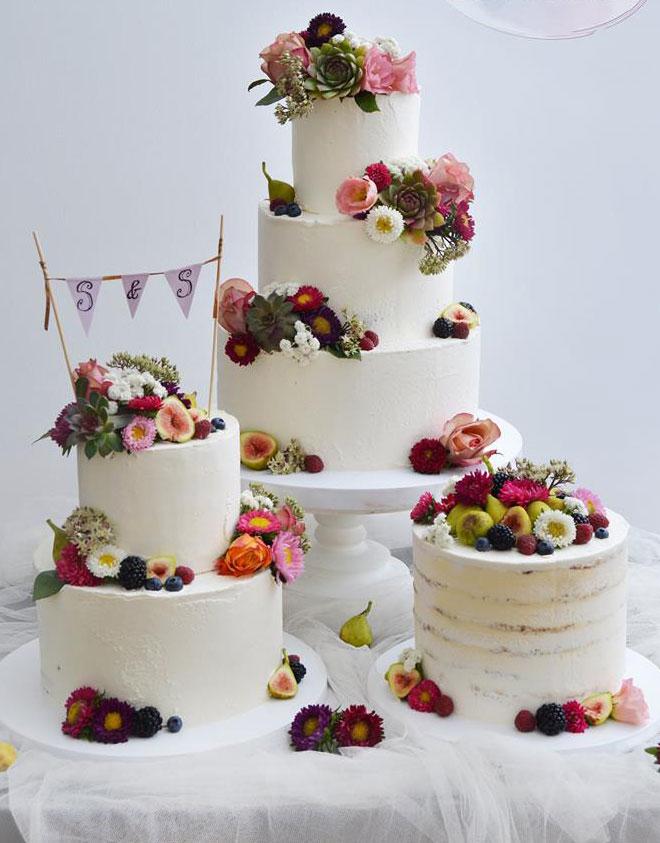 Vit bröllopstårta med färska levande blommor Sollentuna