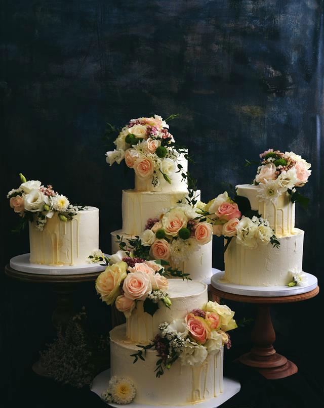 Vit bröllopstårta med färska levande blommor