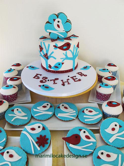 Tårta, cupcakes och dekorerade kakor med fåglar