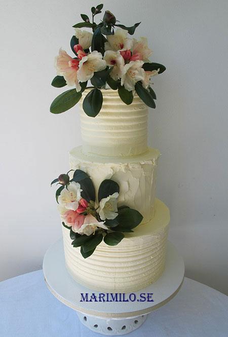 Bröllopstårta och färska riktiga blommor
