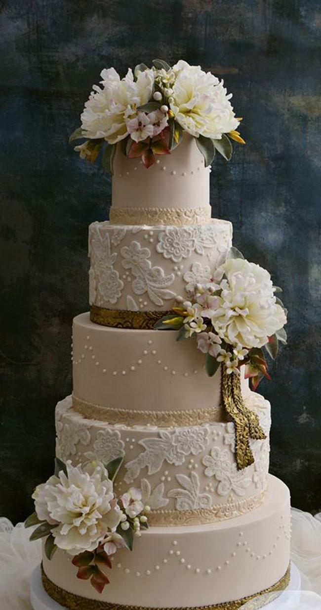 Tårta med färska blommor