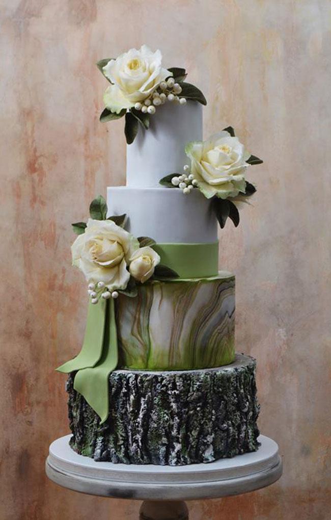Bröllopstårta med färska blommor