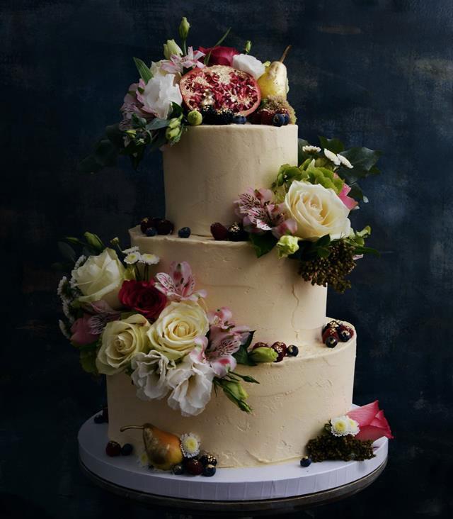 Kungsholmen Bröllopstårta med färska blommor