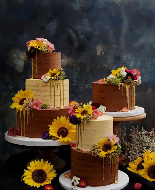 Östermalm bröllopstårta med färska äkta blommor